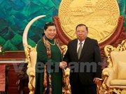 Les dirigeants laotiens reçoivent la vice-présidente de l'AN Tong Thi Phong