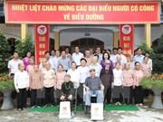 Le leader du PCV Nguyên Phu Trong visite des personnes méritantes de la révolution à Hanoï