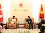 Le ministre de la Défense Ngô Xuân Lich reçoit des ambassadeurs étrangers