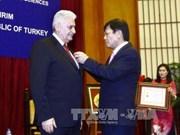 Insigne « Pour la cause des sciences sociales du Vietnam » au Premier ministre turc