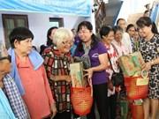 Les cadeaux des femmes de HCM-Ville aux pauvres de Phnom Penh