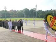 Des dirigeants du Parti et de l'Etat rendent hommage au Président Ho Chi Minh