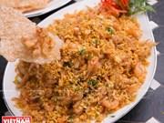 Des menues crevettes frites servies avec des galettes de riz grillées