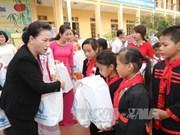 La présidente de l'AN offre des cadeaux aux enfants à Tuyên Quang