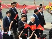 Bal de dirigeants de différents pays au Vietnam