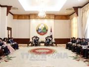 Le PM laotien Thongloun Sisoulith salue les aides de la VOV