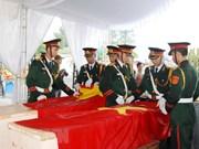Quang Trị : inhumation des restes de 21 volontaires vietnamiens tombés au Laos