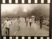 Le photographe Nick Ut offre des cadeaux au Musée de la presse vietnamienne