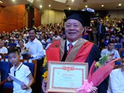 Un homme reçoit un diplôme de MBA à l'âge de 85 ans