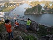 Quang Ninh : la baie de Ha Long vue du mont Bài Tho