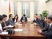 Le vice-PM Vu Duc Dam reçoit le président du quotidien Asahi Shimbun