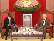 Le leader du PCV Nguyên Phu Trong reçoit le Premier ministre mozambicain