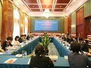 Un officiel du Parti reçoit des délégués du Forum populaire Vietnam-Chine