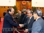 Le PM rencontre des anciens experts volontaires vietnamiens au Cambodge