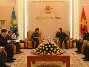 Le général Ngo Xuan Lich reçoit le vice-ministre kazakh de la Défense