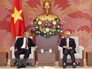 Le vice-président de l'AN Uong Chu Luu reçoit des hôtes cubains