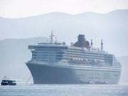 Le Queen Mary 2 mouille dans le port de Nha Trang