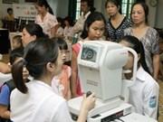 Aide américaine à un programme de soins oculaires à Kon Tum