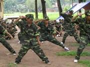 Des ados en vacances d'été dans un camp militaire