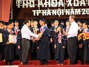 Hanoi récompense les meilleurs diplômés d'universités ou instituts