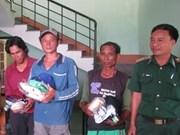 Remise de trois pêcheurs philippins sauvés par Binh Dinh