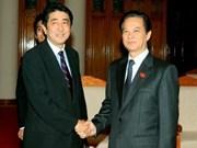 Nguyên Tân Dung s'entretient par téléphone avec Shinzo Abe