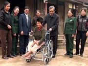 L'AVI offre des cadeaux à des victimes de l'agent orange de Ninh Binh