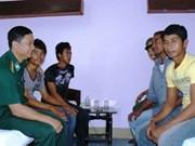 Khanh Hoa : remise de cinq pêcheurs philippins à leur ambassade