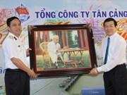 Le président Truong Tan Sang rend visite à des unités militaires