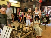 Au Centre, tour du village de Tam Tang au fil de la soie