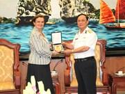L'amiral Nguyen Van Hien reçoit une responsable du groupe français Thales