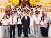 Le vice-PM Nguyên Thiên Nhân reçoit des jeunes Viet kieu