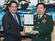 Le ministre de la Défense reçoit l'ambassadeur cubain