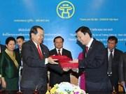Remise de distinctions honorifiques du Laos aux dirigeants de Hanoi