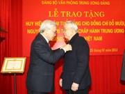 Remise de l'insigne de « 75 ans de membre du Parti » à Dô Muoi
