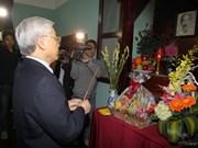 Le leader du PCV offre de l'encens à l'Oncle Ho