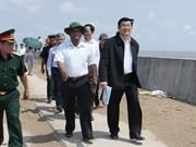 Truong Tân Sang inspecte les digues maritimes à Tra Vinh et Soc Trang