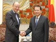 Le vice-PM Vu Van Ninh reçoit un diplomate suédois