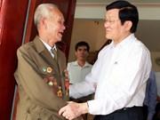M. Truong Tan Sang rencontre d'anciens combattants de Dien Bien Phu