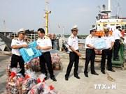 Remise de livres aux soldats en mission sur les îles de Con Dao et de Phu Quy