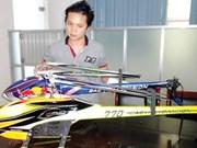 Un Viêt kiêu fabrique des avions jouets