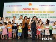 La vice-présidente remet des cadeaux aux enfants démunis