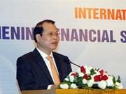 Le vice-PM Vu Van Ninh travaille avec des experts américains