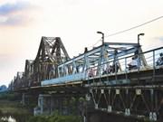 Des pétales symboles de Hanoi au-dessus du fleuve Rouge