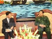 Le vice-ministre de la Défense du Japon en visite au Vietnam