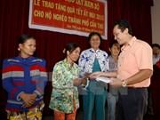 Les autorités de différentes localités remettent des cadeaux du Tet aux démunis