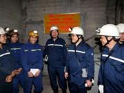 Le vice-PM Hoang Trung Hai rend visite à des mineurs