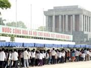 Des Vietnamiens et étrangers rendent hommage au Président Hô Chi Minh
