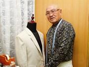 Il manie les ciseaux avec talent depuis quarante ans