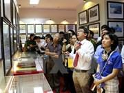Les jeunes reçoivent des documents sur Hoang Sa et Truong Sa